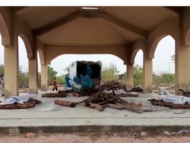 Corona Pandemic: रायपुर में एंबुलेंस की जगह ट्रकों में भरकर लाए जा रहे 10 शव, देखें वीडियो