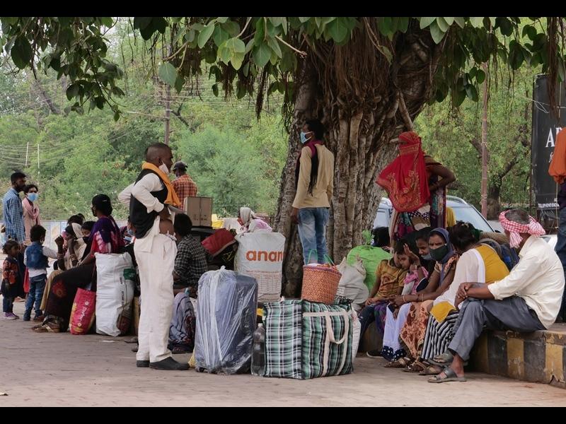 Non Resident Workers Return Bilaspur: परदेस से लौटे, अब घर जाएं कैसे, बिलासपुर स्टेशन के बाद श्रमिक व आटो चालकों के बीच हो रही बहस