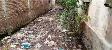 नगर के नाले-नाली की सफाई करवाने की नहीं ली सुध, मलबा से पटे पड़े नाले