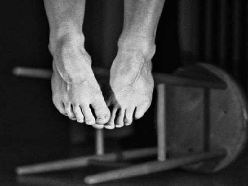 फार्म हाउस में बबूल के पेड़ पर लटकी मिली लाश, बंधे थे दोनों पैर