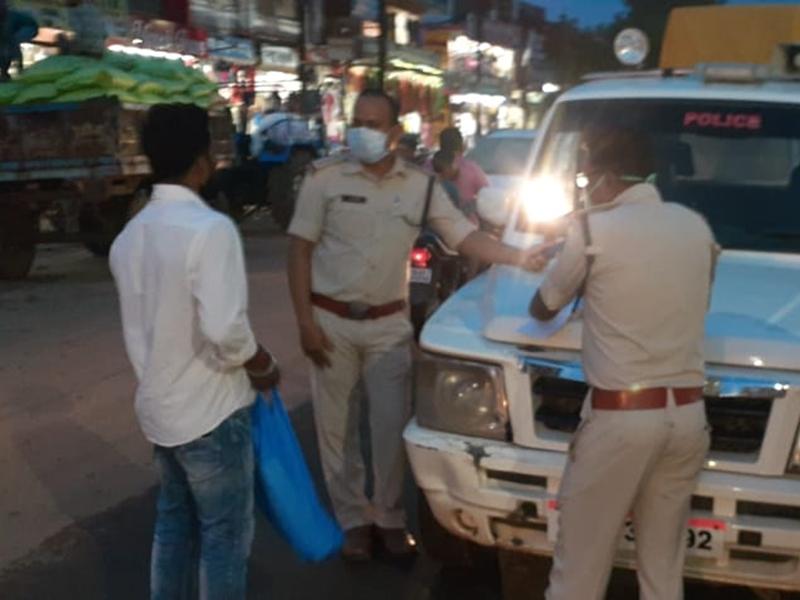 Bilaspur Corona News: मास्क लगाने के लिए पुलिस ने दी समझाइश