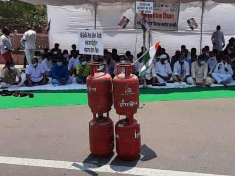 Jodhpur: पेट्रोल-डीजल और गैस की बढ़ती कीमतों के खिलाफ कांग्रेस ने दिया धरना, शुरू किया हस्ताक्षर अभियान