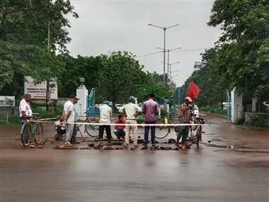 भिलाई में बारिश में धंसी सड़क, गिरने लगे वाहन सवार तो की मरम्मत