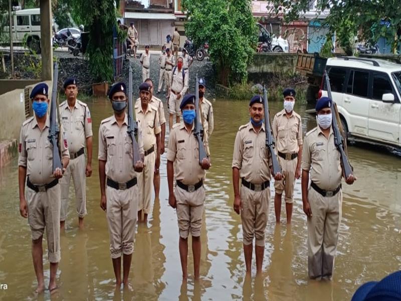 Satna Weather : नागौद में तेज बारिश, पानी में खड़े होकर जवानों ने निकाली परेड, देखें PHOTO