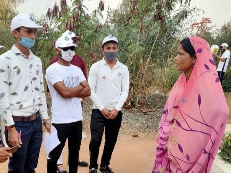 Awareness : एनएसएस स्वयंसेवी कर रहे ग्रामीणों को जागरूक