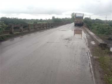 गरोठ-भानपुरा मार्ग पर पुलिया की रेलिंग टूटी, हादसों का खतरा बढ़ा