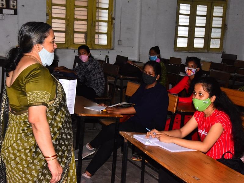 College Unlocked in Jabalpur: प्रथम वर्ष के विद्यार्थियों में दिखा महाविद्यालय आने का उत्साह, बारिश से प्रभावित रहा पहला दिन