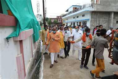 श्योपुरः शहर में घूमे कलेक्टर जल भराव वाले स्थानों पर किया टेमोफोस दवा का छिड़काव