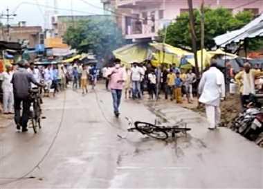 सड़क पर टूटकर गिरा 11 केवी का तार, बढ़ा खतरा