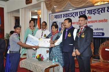 अनीश और करुणा को राज्यपाल से सर्वश्रेष्ठ स्काउट व रेंजर का पुरस्कार