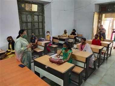 कालेज में पढ़ाई का पहला दिन... इक्का-दुक्का विद्यार्थी आए