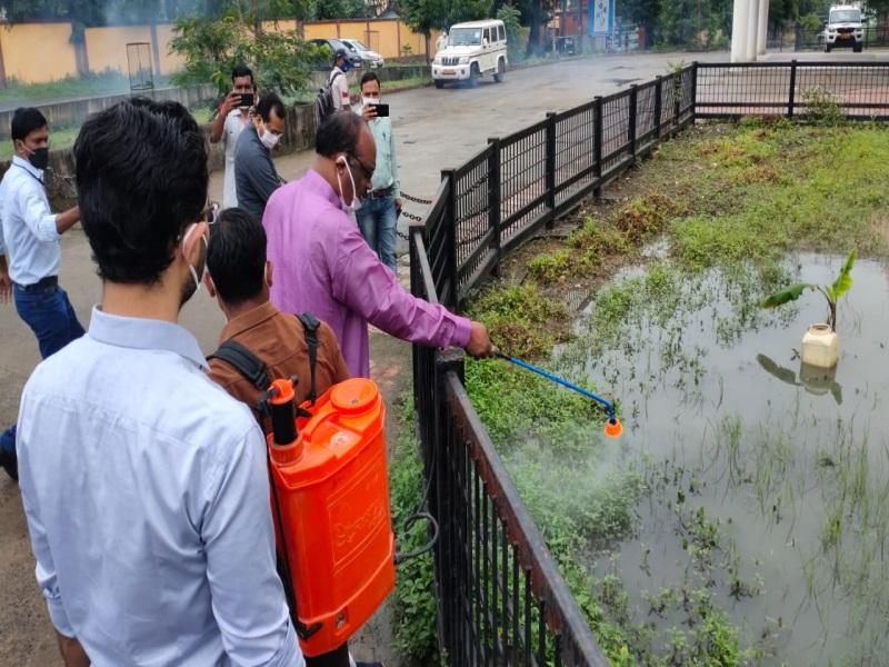Betul News: डेंगू पर प्रहार' महाअभियान का शुभारंभ,सांसद, विधायक एवं कलेक्टर नेकिया लार्वानाशक दवा का छिडक़ाव