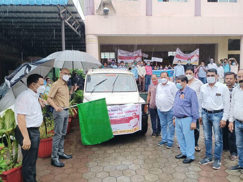 डेंगू से जंग-जनता के संग : बरसते पानी में खंडवा कलेक्टर ने डेंगू से बचाव के लिए दिखाई हरी झंडी
