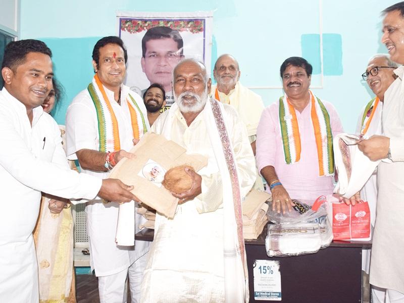 Chhattisgarh Congress News: कार्यकर्ताओं का सम्मान करके कांग्रेस ने मनाया मोहन मरकाम का जन्मदिन