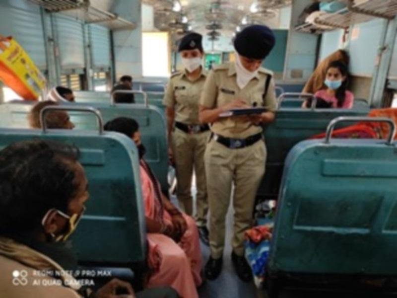 Railway News: ट्रेनों में मासूमों से भीख मंगवाने वालों पर वर्दीधारी मेरी सहेलियों का चला डंडा, मुसीबतजदा महिलाओं के लिए भी बनीं मददगार