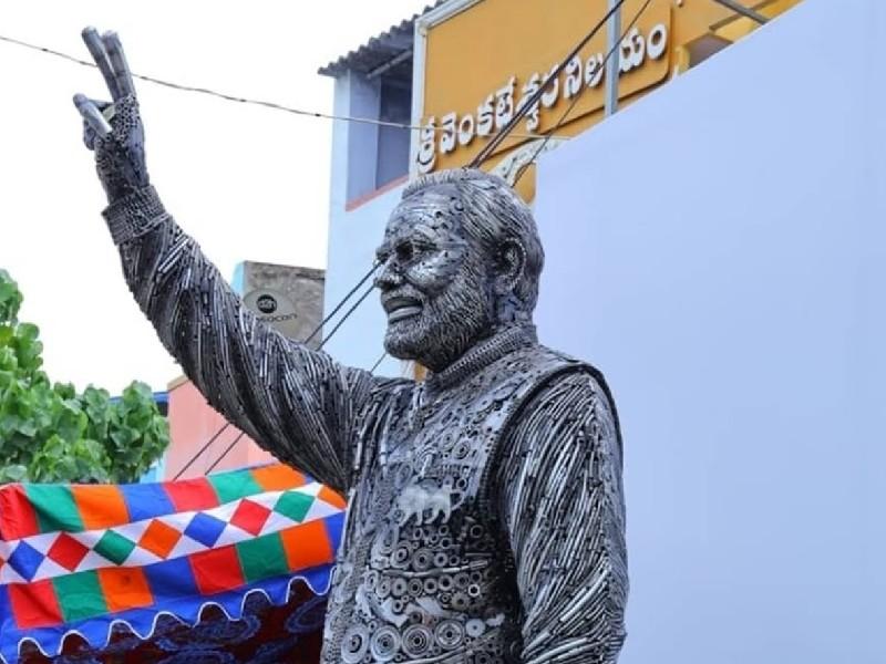 लोहे के कबाड़ से बनाई PM मोदी की 14 फीट ऊंची मूर्ति, पिता-पुत्र की जोड़ी का कमाल