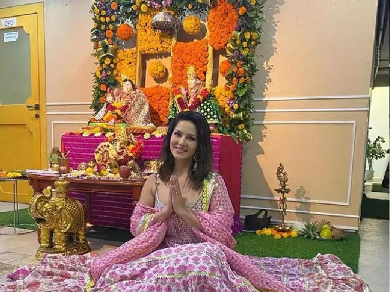 Sunny Leone ने देसी अंदाज में किया बप्पा का स्वागत, लेकिन नहीं बदले पति डेनियल, देखें Photos