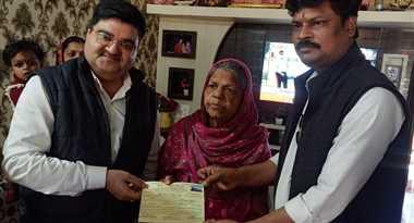 बुजुर्ग माताजी ने अपनी बचत में से एक लाख का चेक प्रदान कर बनी समर्पण की मिशाल