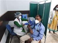 Corona Vaccination: बिलासपुर जिला अस्पताल के वार्ड ब्वाय ज्ञानू को लगा पहला टीका