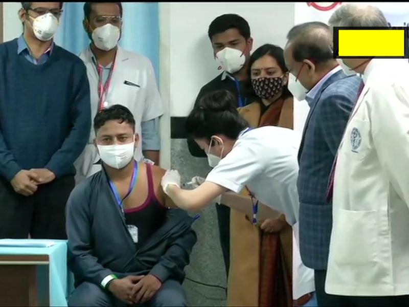 Covid-19 Vaccination: सफाईकर्मी को लगा देश का पहला कोरोना टीका, देखिए फोटो वीडियो
