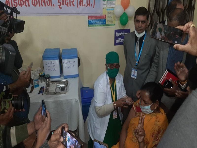 Covid-19 Vaccination in Indore: इंदौर में पहला टीका जिला अस्पताल की कर्मचारी आशा पवार को लगा