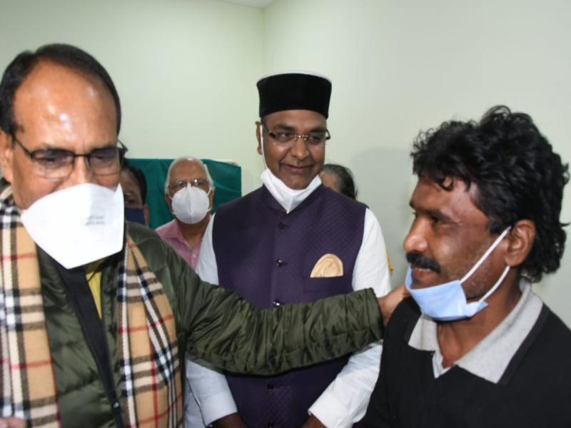 Corona Vaccination in Bhopal: शुरु हुआ कोरोना टीकाकरण महाअभियान, हमीदिया में जितेंद्र नामदेव को लगा पहला टीका