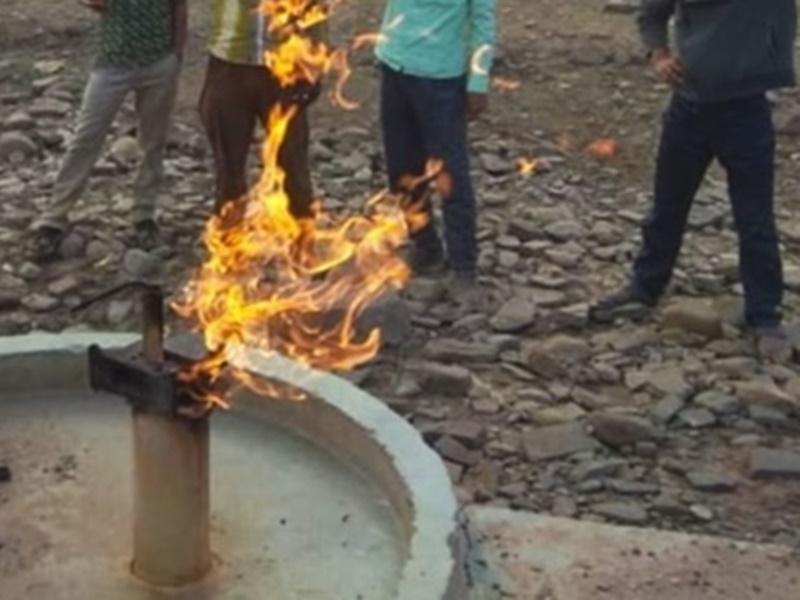 Khaskhabar/मध्यप्रदेश के छतरपुर जिले में एक अजीबोगरीब मामला सामने आया है, जहां एक हैंडपंप से पानी की जगह आग निकल रही है। आग की लपटें इतनी तेज है कि लोग करीब जाने से भी डर रहे हैं। उसके बाद गांव के लोगों ने फायर ब्रिगेड को