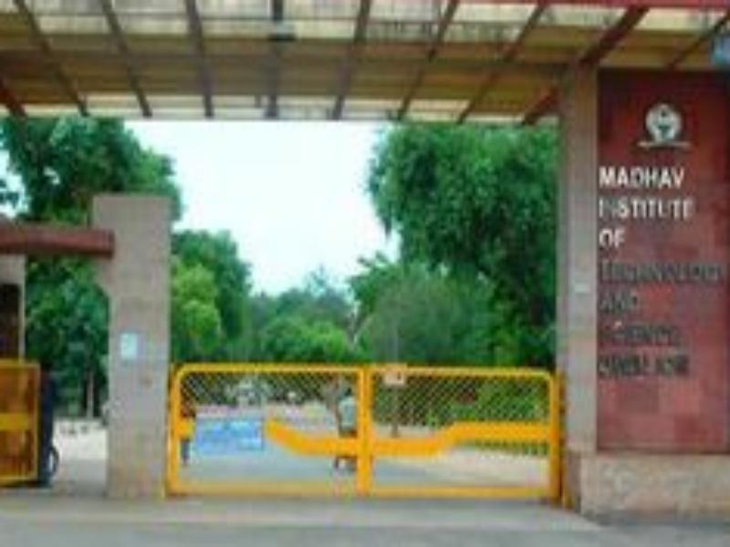 Gwalior Education News: एमआइटीएस के विद्यार्थियाें ने दिया डायरेक्टर काे ज्ञापन, कहा-बिलंब शुल्क नहीं लिया जाए