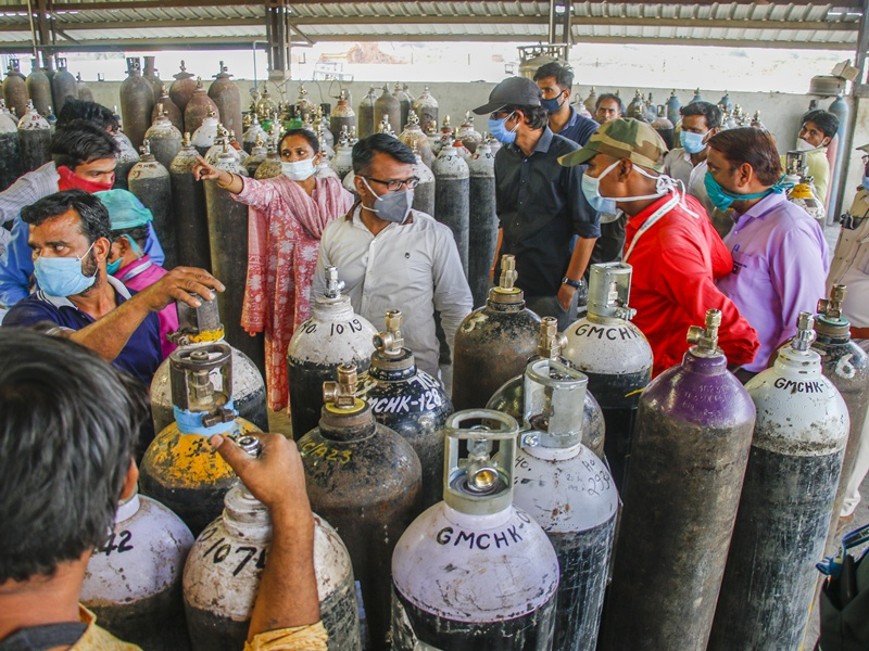 Corona Pandemic Indore: 50 रुपये रोजाना के किराए पर मिलने वाला आक्सीजन सिलिंडर अब 500 में भी नहीं