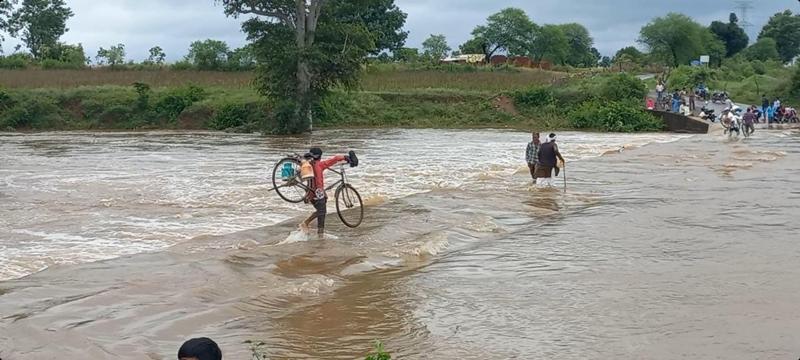 Weather News : दमोह के तेंदूखेड़ा में डूबे हुएपुल को पार कर रहे ग्रामीण, देखें वीडियो