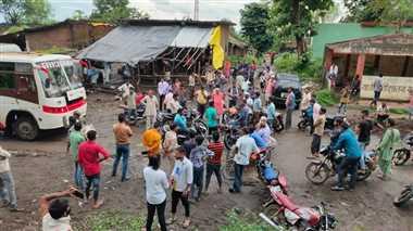 गढ़ी- अहमदपुर सड़क की दुर्दशा को लेकर परिवर्तन संगठन ने किया चक्काजाम