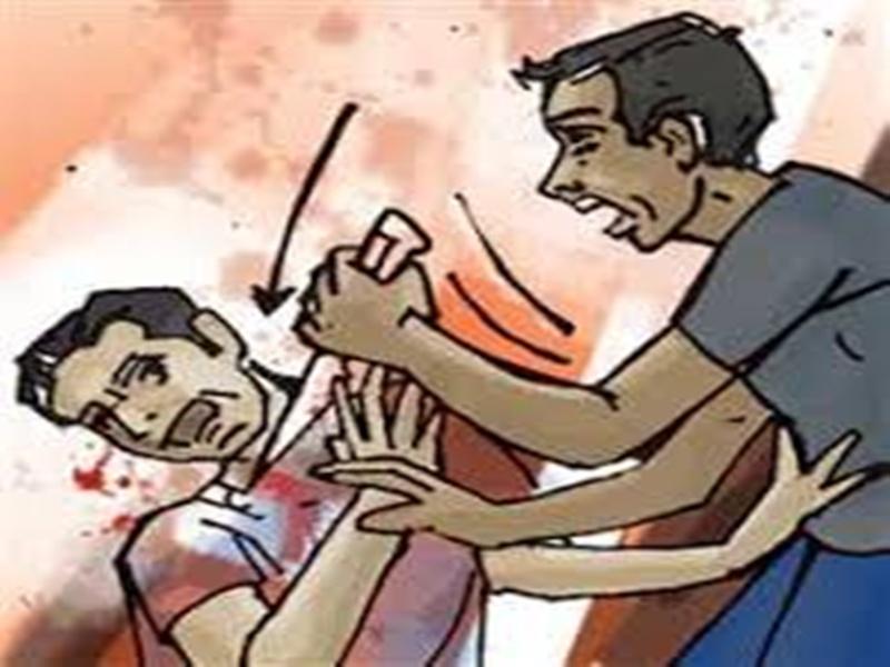 घर में घुसकर बदमाशों ने पति-पत्नी और बेटे को चाकू मारे