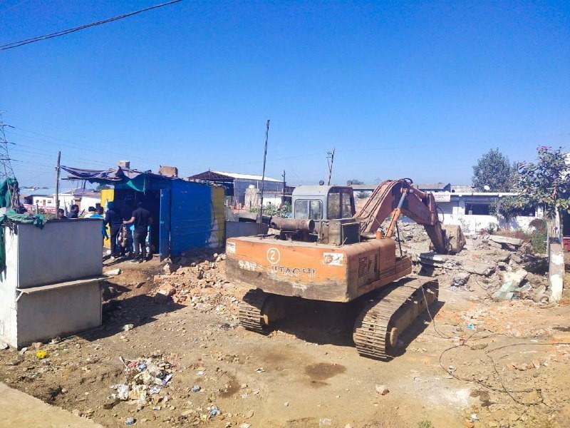 एंटी माफिया अभियान: लाखों की शासकीय जमीन कब्जा कर खोल दिया था ढाबा, जेसीबी ने किया जमींदोज