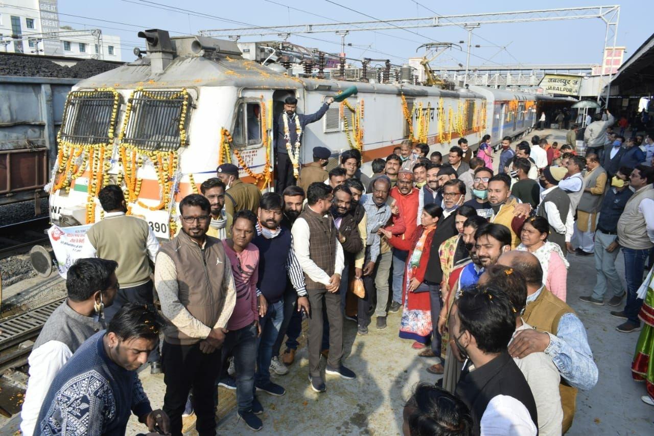 Jabalpur Railway News : जबलपुर से जुड़ गया केवड़िया, ट्रेन के रेलवे स्टेशन पहुंचने पर हुआ जोरदार स्वागत