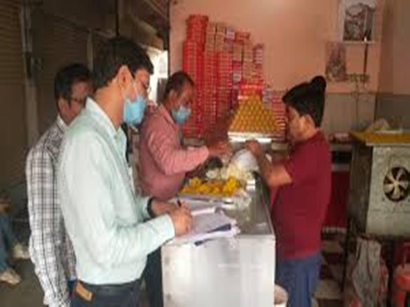 Gwalior News: बेसन व नमकीन, मसालों के भरे नमूने, लैब में की जाएगी जांच