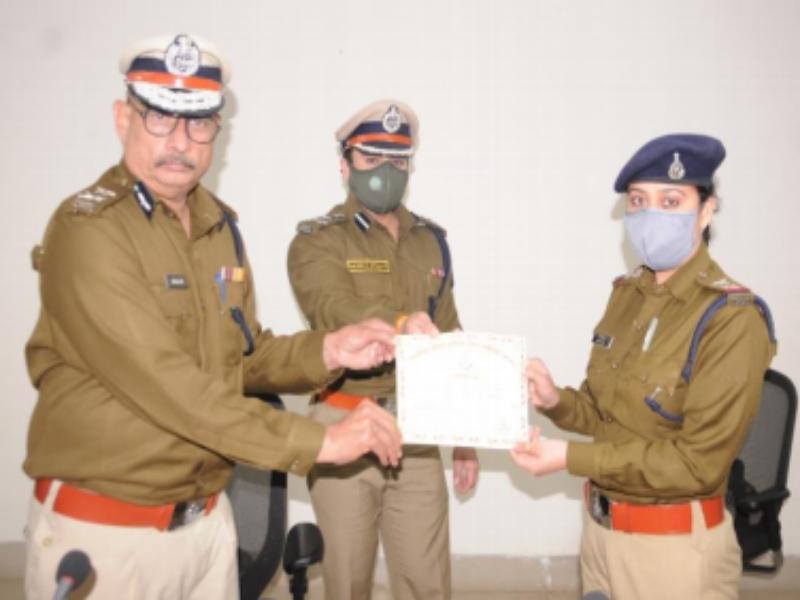 Gwalior Crime News: महिला संबंधी अपराधों की विवेचना में योगदान देने वाली एसआइ सम्मानित