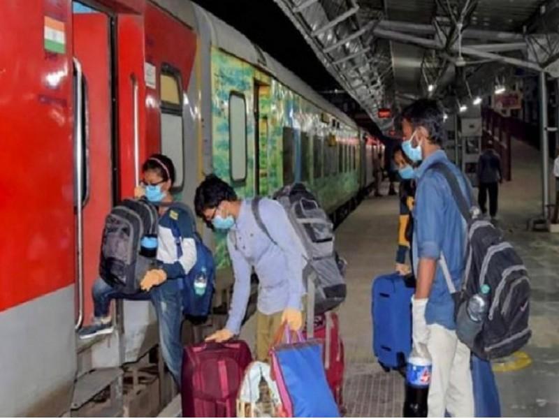 मास्क न पहनने पर 500 रुपए तक का जुर्माना लगाएगा रेलवे, स्टेशन और गाड़ी में थूकना भी मना