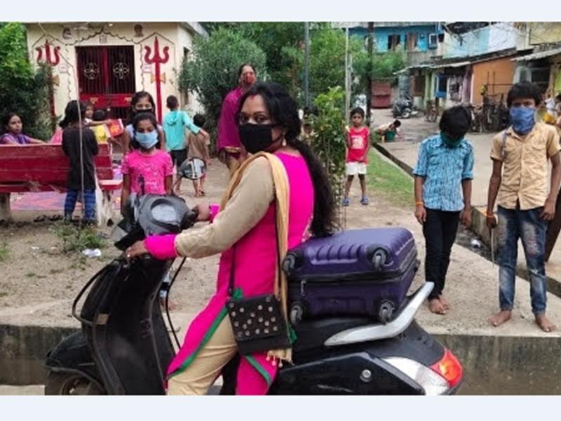 नमो देव्यै, महा देव्यै- कोरोना काल में स्कूटी पर सवार होकर पेटी वाली दीदी पढ़ाती रही बच्चों को
