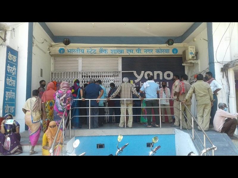 Lockdown In Korba: कोरबा में लाकडाउन में ढील मिलते ही सड़कों पर बढ़ी भीड़, देखें तस्वीरें