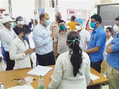 भिलाई-चरोदा के टीकाकरण केंद्रों में देखी व्यवस्था