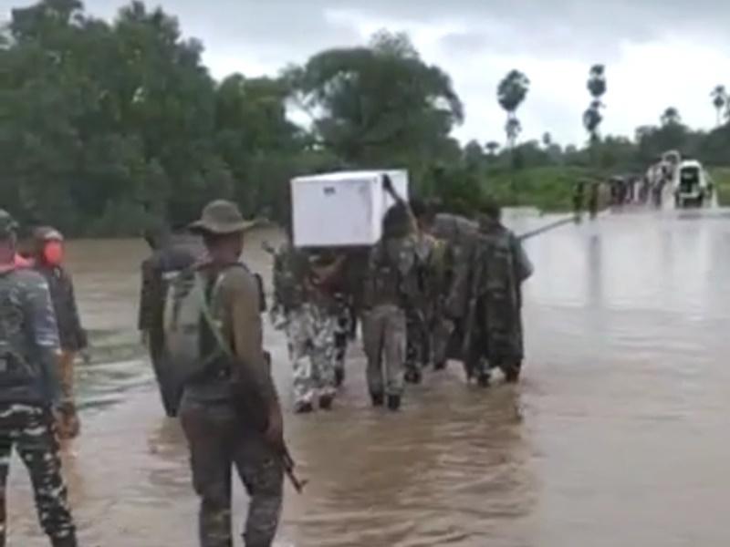 Sukma News: बारिश और बाढ़ के बीच साथी जवान का शव कंधे पर लेकर परिजनों तक पहुंचाया, देखें VIDEO