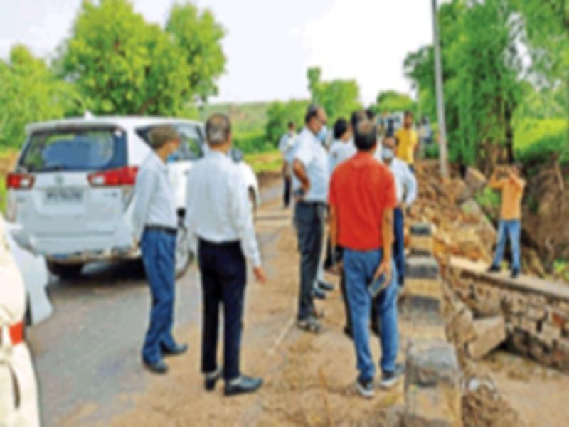 Survey of the damage caused by floods in Morena: अधिकारियों से पूछा- बाढ़ में कितना हुआ नुकसान, जमीनी हकीकत के नाम पर देखे पुल-पुलिया