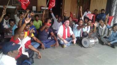 मजदूरों को सुविधाएं मुहैया कराने की मांग को लेकर ढोल-बाजे के साथ किया प्रदर्शन