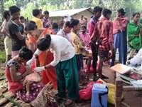 नक्सलगढ़ के गांव एडसमेटा में पैदल पहुंची स्वास्थ्य टीम