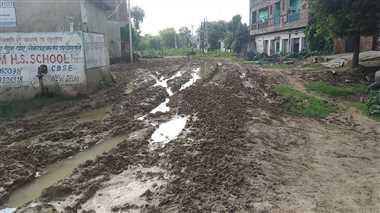 गांधी नगर में बम्बा रोड के हालात ऐसे कि दलदल में चार पहिया वाहन भी फंस जाए