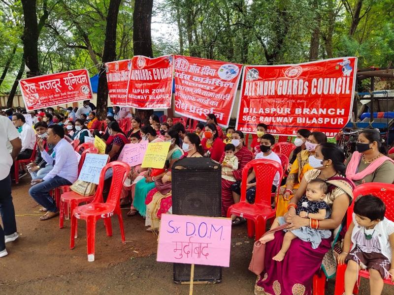 Rail News in Bilaspur: तबादले का विरोध, डीआरएम कार्यालय के सामने स्वजनों के साथ धरने पर बैठे गार्ड