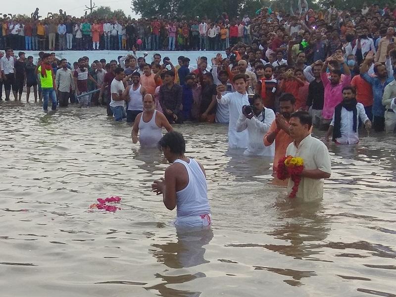 Dol Gyaras 2021: Video - MP में डोल ग्यारस पर तीन बार पानी में तैरी भगवान नृसिंह की साढ़े सात किलो वजनी पाषाण की मूर्ति