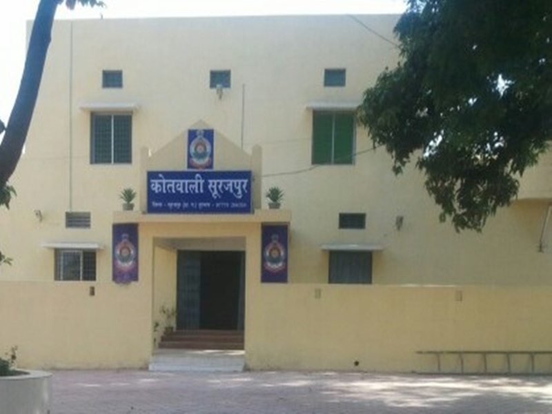 Ambikapur News: थाने में सोते रहे पुलिस वाले और आरोपी भाग निकला, CCTV में कैद हुई घटना
