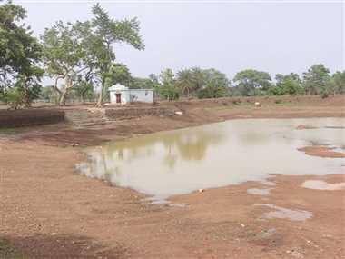 तालाब गहरीकरण के नाम पर मुरूम की खोदाई