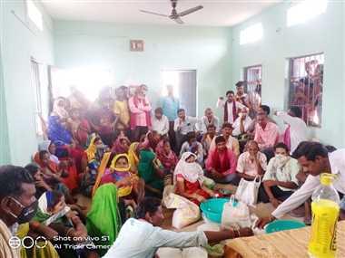 खैरा स्कूल के चावल वितरण में गड़बड़ी ग्रामीणों ने बैठक कर जताया आक्रोश
